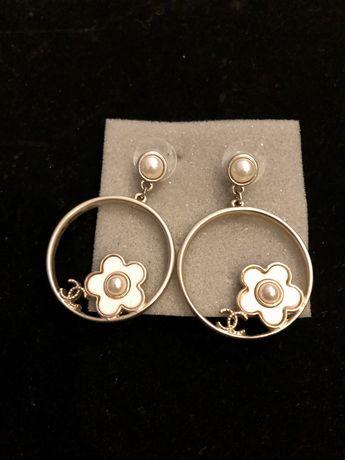 Kolczyki CC camelia srebrne z białem nowe