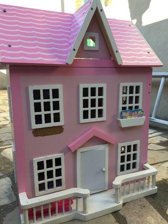 Casa de bonecas em madeira, pintada, decotada e com mobília
