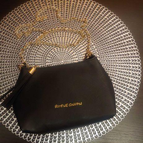Mała czarna torebka na złotym łańcuszku złoty łańcuszek