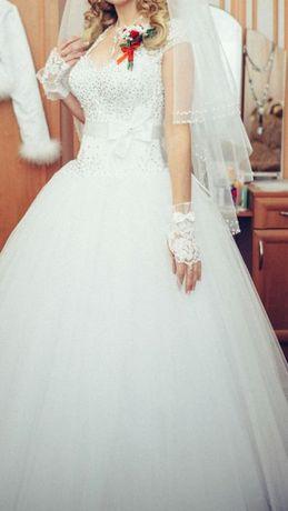 Весільна сукня білого кольору