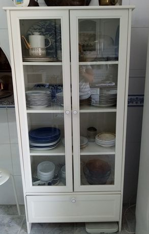 Armário branco com portas em vidro