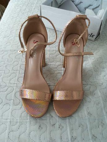Sandały na słupku glamour błyszczące miedziane Nowe 37