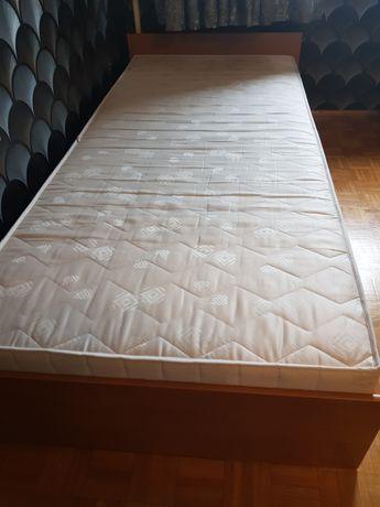 Pojedyncze łóżko z materacem