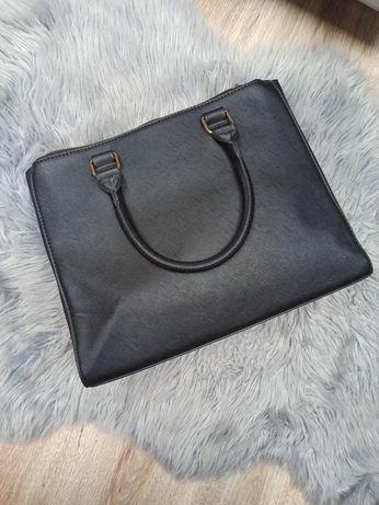 Duża czarna torba z wieloma przegrodami z uchami, uchwytami do ręki
