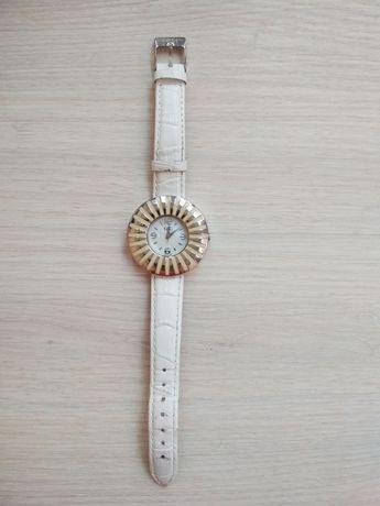 Белые наручные часы CeCi