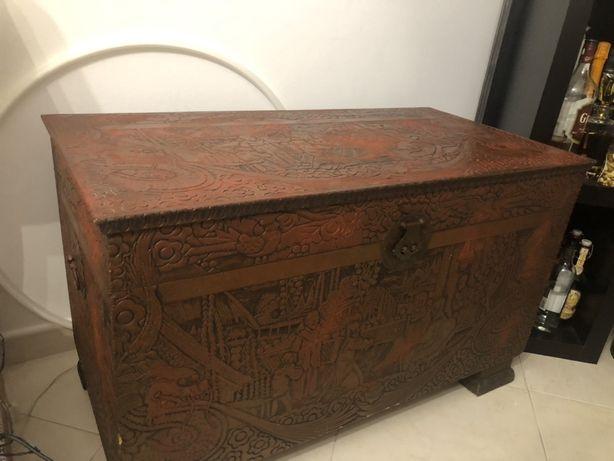 Bau ou mala em madeira macica antigo