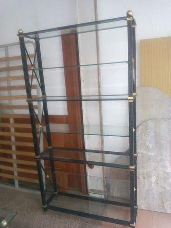Estante metálica e vidro