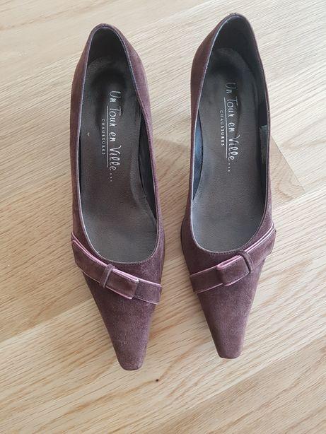 Sapatos em pele castanho
