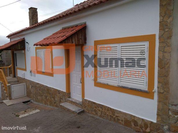Moradia T3 c/ terraço remodelada, em Figueiros
