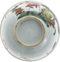 Taça de porcelana da China, com decoração policromada.
