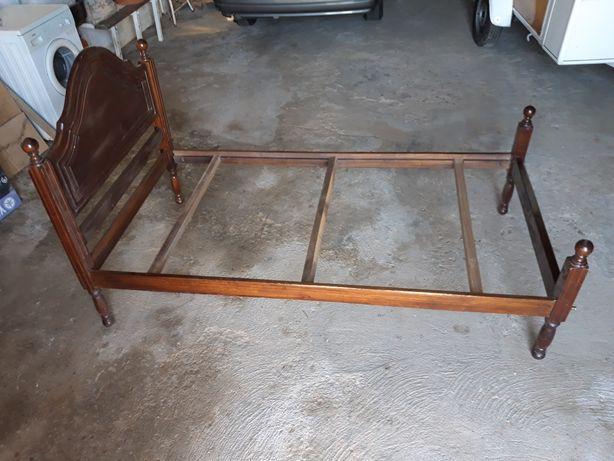 Cama de madeira antiga