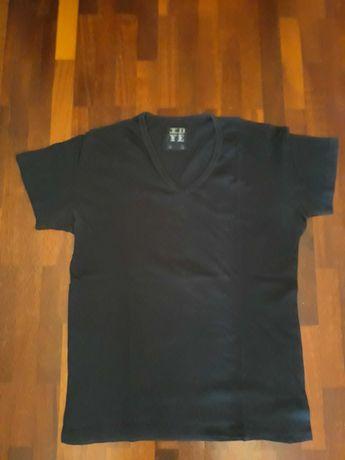 T-shirt preta com gola em bico