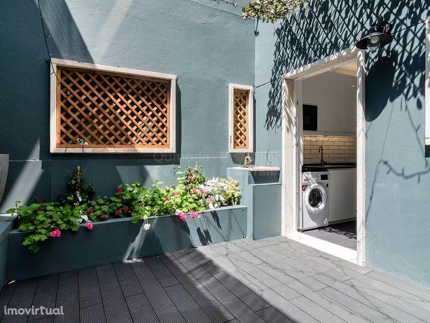 Apartamento T0 renovado com terraço em Campo de Ourique