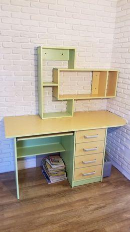 Стол письменый,полочка для книг