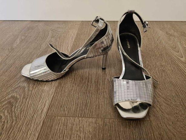 Sandálias Uterque prateadas quase novas