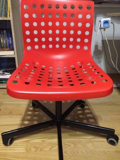 krzesło IKEA czerwone