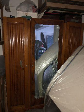 Armário antigo com 3 portas e espelho