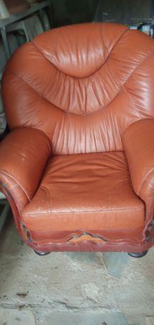 Vendo conjunto de 3 sofás em pele que já não uso em bom estado