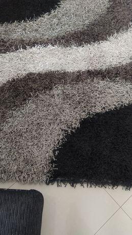Carpete preta cinza e branca