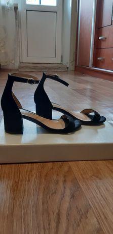 Туфли на каблуке для девочки.