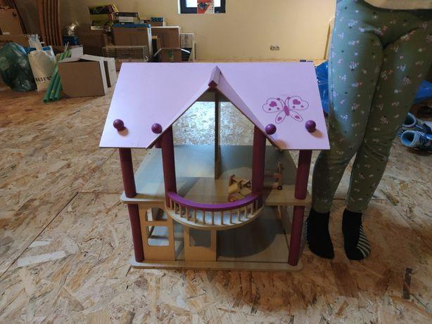 Domek dla lalek, drewniany, z mebelkami.