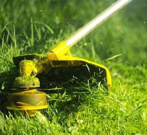Покос травы. Уборка территории, подрезка газона. Скашивание поросли.