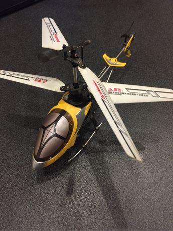Вертоліт на пульту на радіоуправлінні