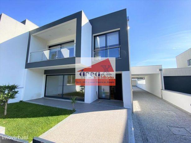 Moradia T3 de arquitetura moderna. Logradouro, anexo e alpendre. Excel