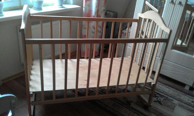 Детская кроватка с фанерой для утепления