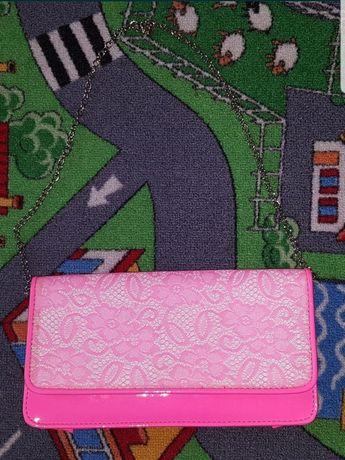 Neonowa różowa torebka kopertówka na łańcuszku Aldo