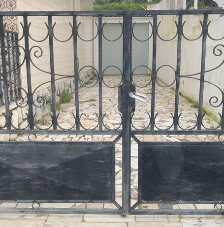 Portões e grades em ferro trabalhado preto
