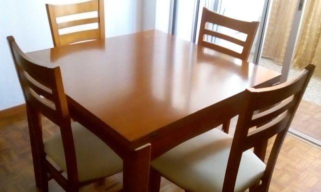 Conjunto de SALA DE JANTAR Mesa + 4 Cadeiras em PINHO MEL
