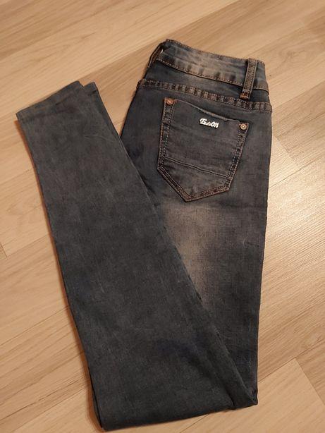 Niebieskie jeansy rurki
