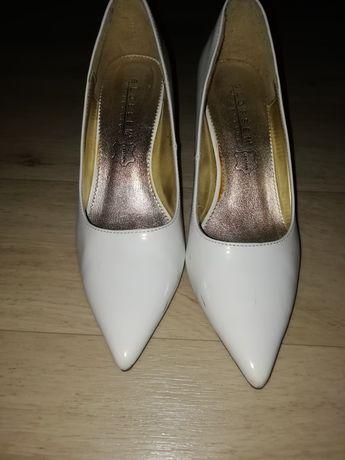 Белые свадебные туфли.