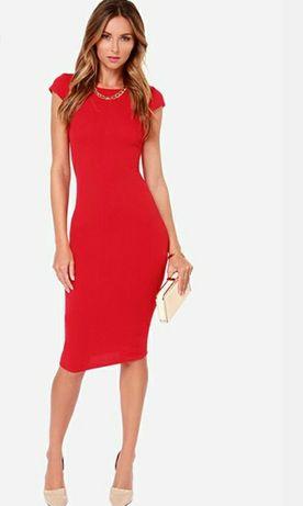 Платье-футляр красное.