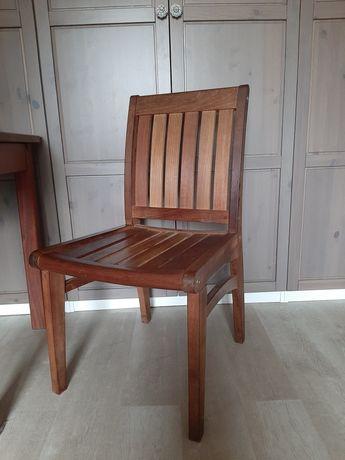 Masywne krzesła z drewna egzotycznego