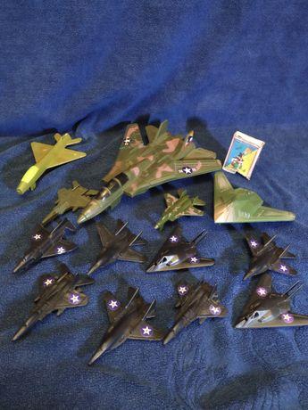 Літаки іграшкові.