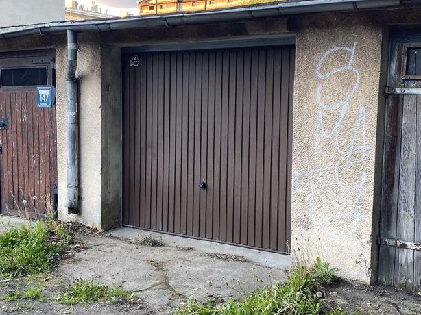 Garaż w Sopocie Dolnym za przychodnią na ulicy Chrobrego.