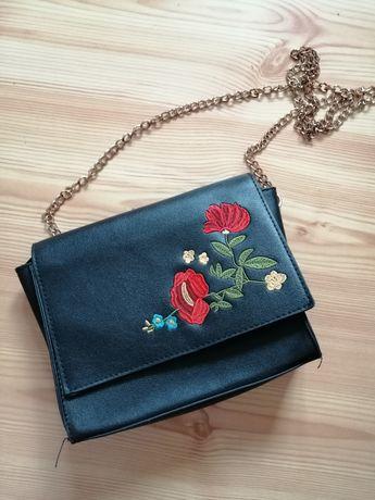 Czarna torebka w kwiaty