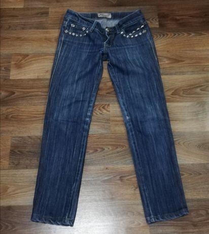 Все джинсы по 35 грн. Тёмные, что на фото идут немного больше.