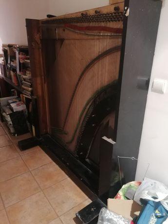 Piano vertical muito antigo incompleto: apenas parte de trás