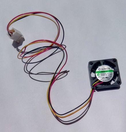 Ventoinha 5 Vdc (MC25060v1) com 3 condutores e ficha (ex. para PC)