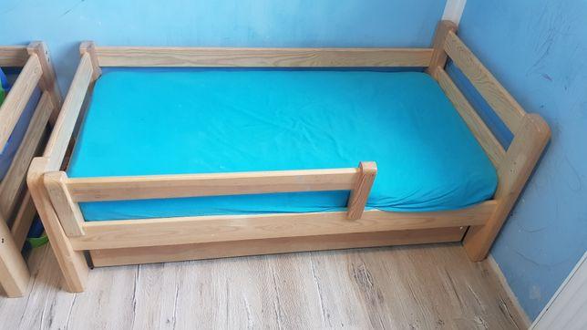 Dwa drewniane łóżka z materacami