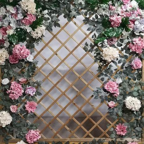Kwiatowa ścianka weselna-tło za Parą Młodą