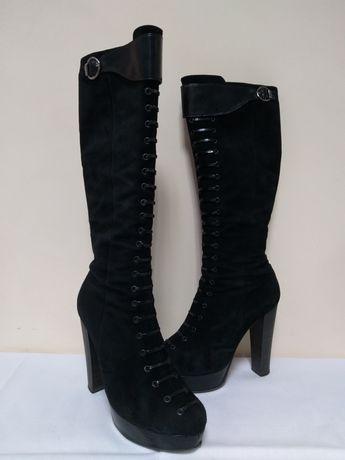Замшевые сапоги на высоком каблуке и платформе чёрные осенние