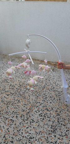 Brinquedo musical para cama de bebé rosa