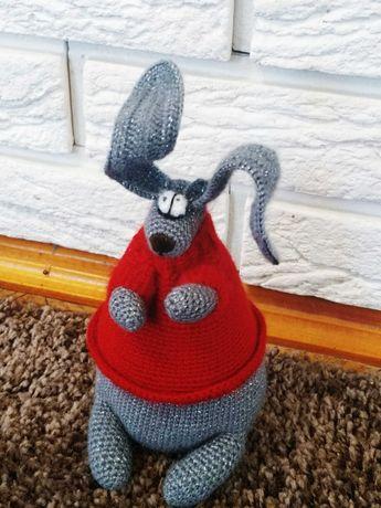Интерьерная игрушка - вязаный заяц-ждун