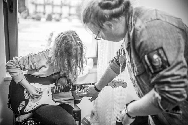 Nauka gry na gitarze (akustycznej, elektrycznej) [Stacjonarnie/Online]