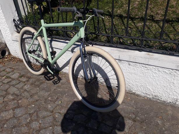 Bicicleta personalizada, roda 26 com muito material novo