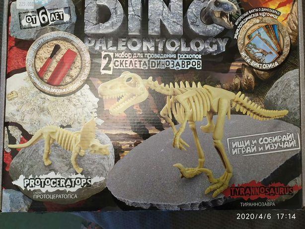 Динозаври та дитяча гра.